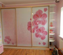 Шкаф купе розовый в детской от Green мебель