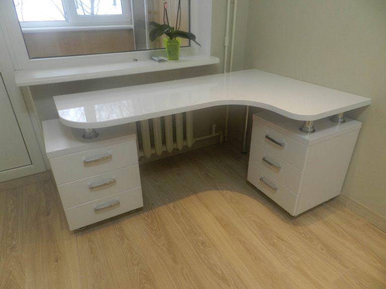 Белый Глянец стол и шкаф в детской