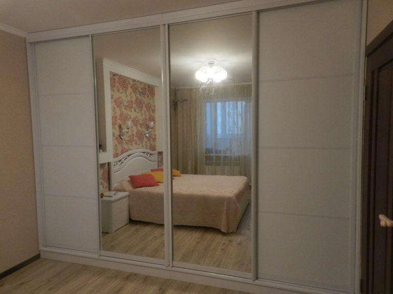 Шкаф-купе в спальне белый