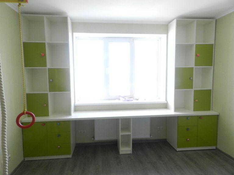 Стол вокруг окна 2 в детской