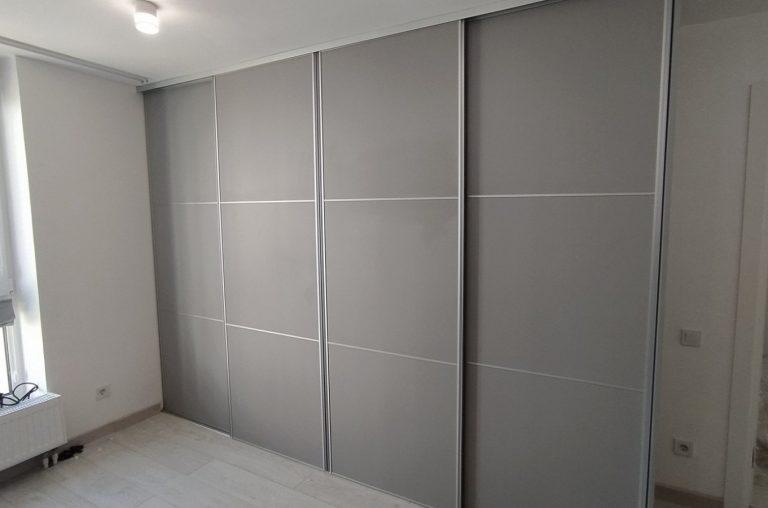 Четырёхдверный серый шкаф-купе